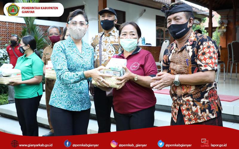 Ketua K3S Kabupaten Gianyar Serahkan Bantuan Paket Sembako Bagi Lansia