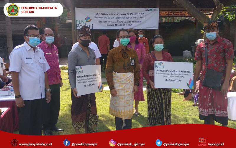 Dekranasda Serahkan Bantuan CSR PT. PLN Berupa Peralatan Bagi Pengrajin Di Kabupaten Gianyar