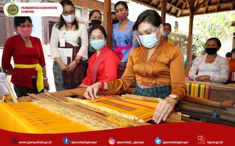 Dekranasda Gianyar, Kunjungi Pengrajin Tenun Songket Di Br. Pengembungan Desa Pejeng Kangin