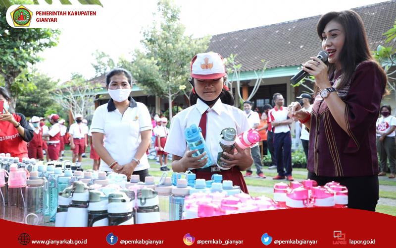 Kurangi Penggunaan Botol Plastik, Ny. Adnyani Mahayastra Serahkan Bantuan Tumbler Untuk Anak-anak SD di Desa Medahan