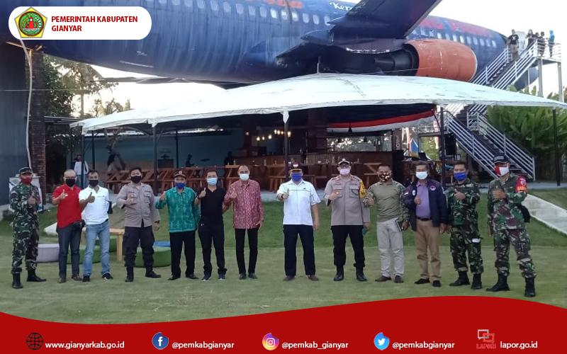 Atraksi Udara Paramotor, Meriahkan HUT Kemerdekaan RI di Gianyar.