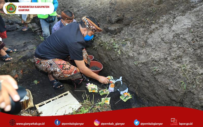 Bersahabat dengan Sampah, Bupati Mahayastra Letakkan Batu Pertama Pembangunan TPS3R di Bedulu
