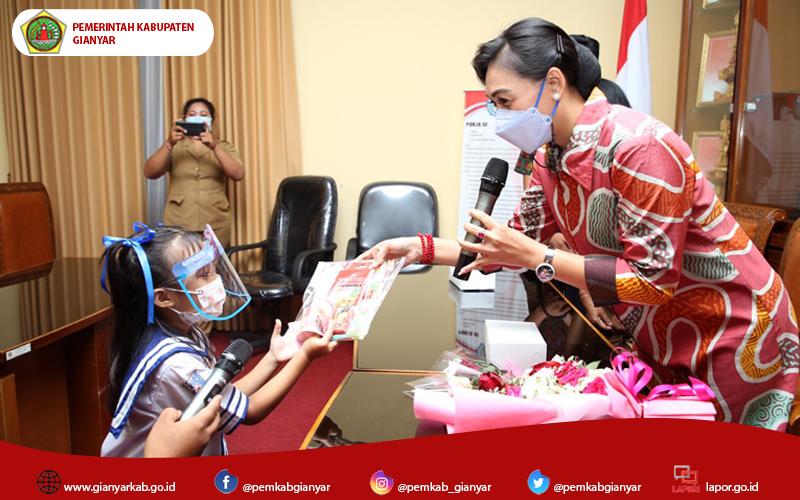 Ny. Surya Adnyani Mahayastra Serahkan Bantuan Alat Mewarnai