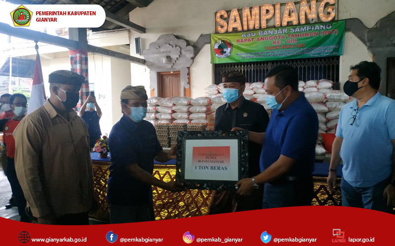 KSU Banjar Sampiang Bagikan Sembako, Mahayastra Sumbangkan 1 Ton Beras
