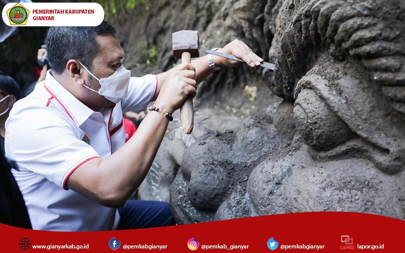 Bupati Mahayastra Meninjau Pembuatan Ukiran Relief di Pura Beji Dalem Jantur Mas Ubud