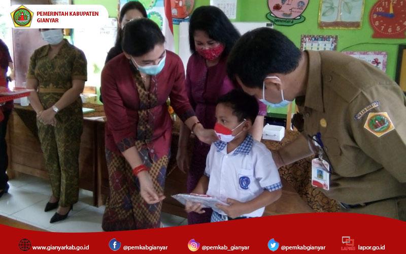 Kurangi Kebosanan Belajar Daring, Bunda PAUD Kabupaten Gianyar Serahkan Bantuan Buku Mewarnai Bagi anak TK/PAUD di Kabupaten Gianyar
