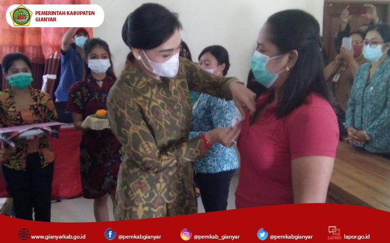 Jaga Lingkungan Dari Sampah, Ketua TP.PKK Gianyar Ny. Adnyani Mahayastra Kukuhkan Kader Kebersihan Desa Taro
