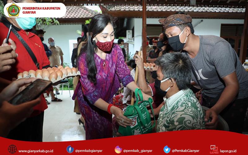 Ketua K3S Gianyar, Ny. Surya Adnyani Mahayastra Serahkan Bantuan Sembako Pada Penyandang Disabilitas.
