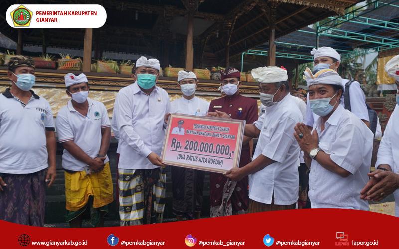 Bupati Mahayastra Berikan Bantuan Bencana di Desa Tulikup Kaler dan Mawang