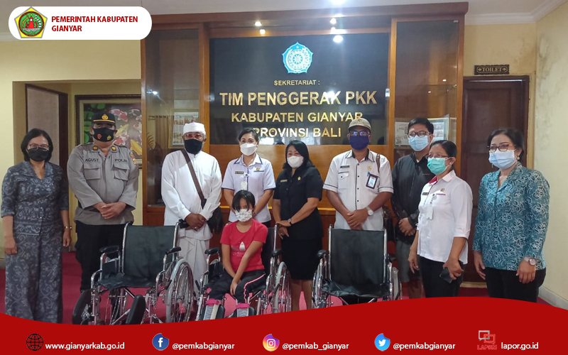 Ny. Surya Adnyani Mahayastra, Serahkan Bantuan Kursi Roda Bagi Penyandang Disabilitas